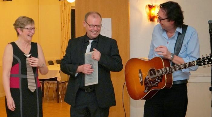 Underholdning til sølvbryllup - Else og Anders spiller med guitarKAJ