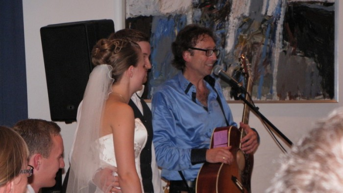 Underholdning til bryllup med parret og guitarKAJ