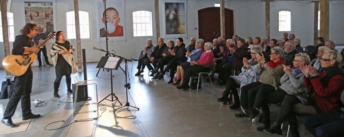 Her ser du Bertel Abildgaard med sit publikum lige inden han skal i gang med sit foredrag om humor.