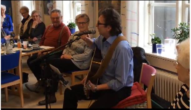 GuitarKaj laver ældreunderholdning - Et senior standup show på Hyldegården i Ringsted